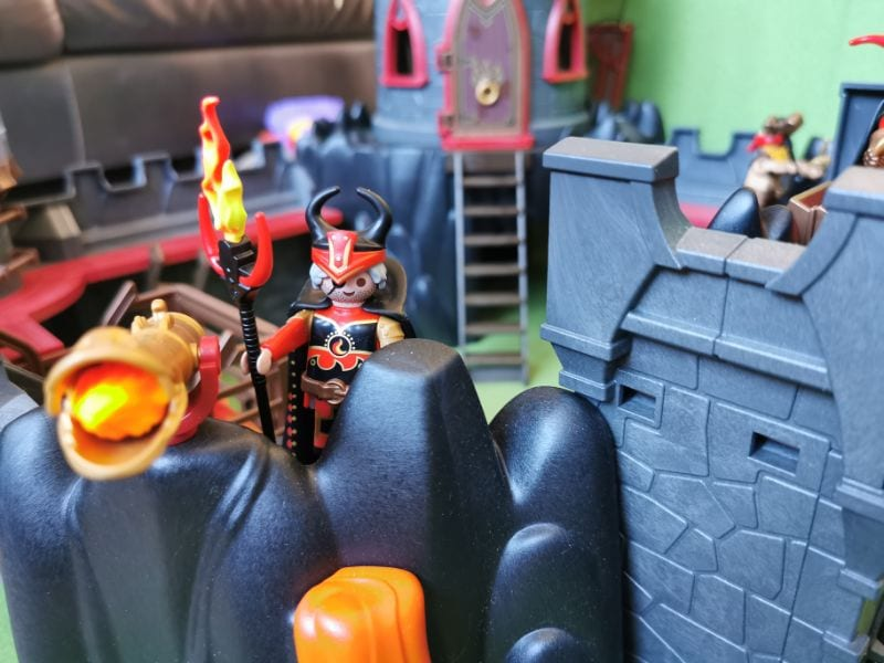 Playmobil Burnham Raiders Fortress: The top of one of the towers a character in a horned helmet holds a flaming torch. He is about to release a flaming missile from a catapult